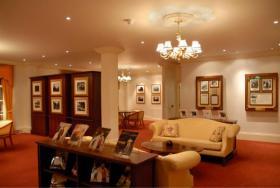 Wat in 1956 eens de woning van George Bernard Shaw was, werd nu het huis van L. Ron Hubbard en het werd de thuisbasis van de Hubbard Associatie van Scientologen Internationaal.